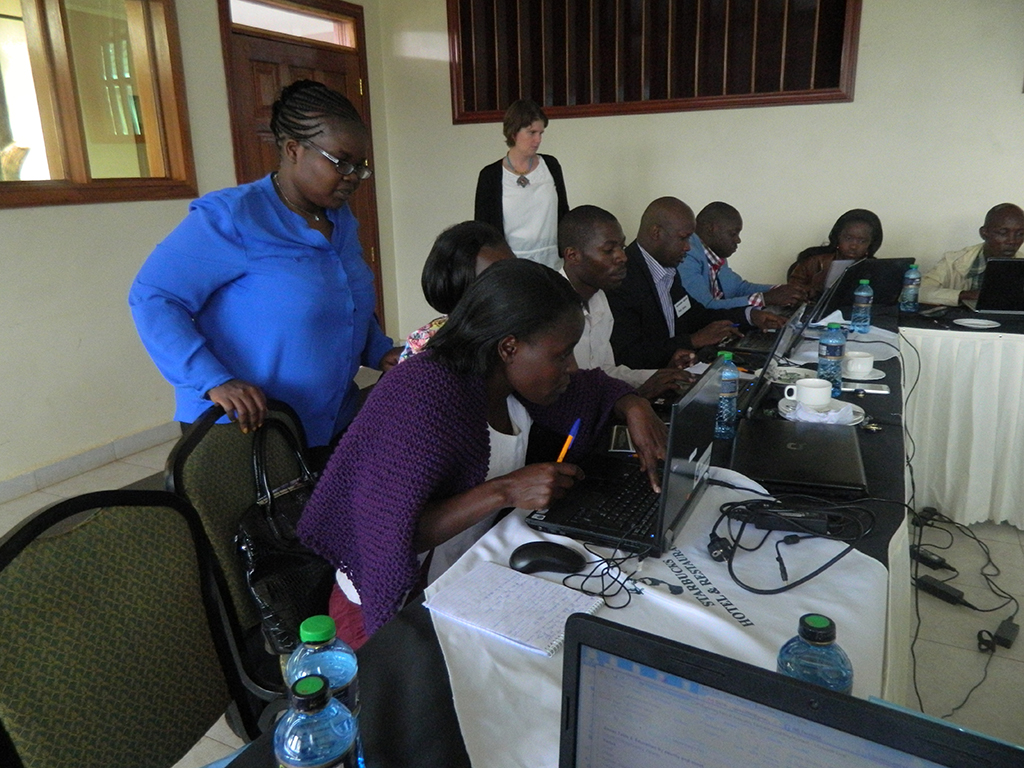 Infogr.am Ambassador Eva Constantaras helps Kenyan journalists explain lag in development in data driven way
